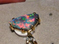 1.7 ct. Black Opal Pendant - 18 k Yellow Gold Blood Red color